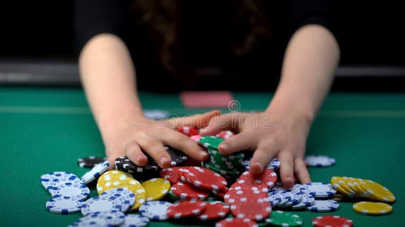 打赌所有赌博娱乐场芯片的女性打牌者,相信成功,危险的战略 库存照片