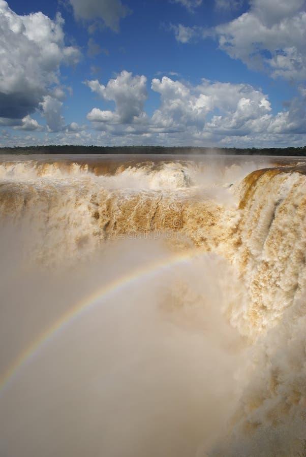 水打雷在恶魔的喉头下的极大的相当数量在伊瓜苏瀑布,阿根廷 免版税库存图片