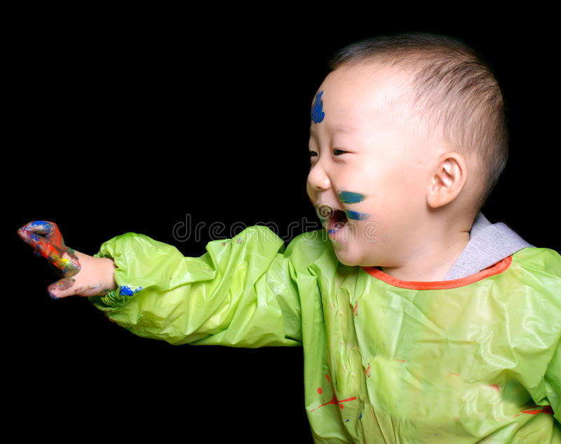 打颜色比赛的新男孩 图库摄影