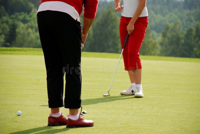 打高尔夫球夫人 免版税库存照片