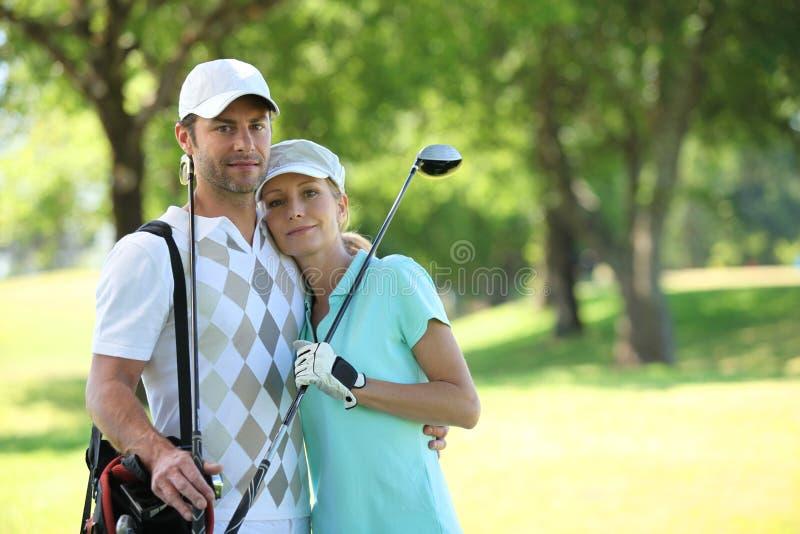 打高尔夫球的夫妇 免版税库存照片
