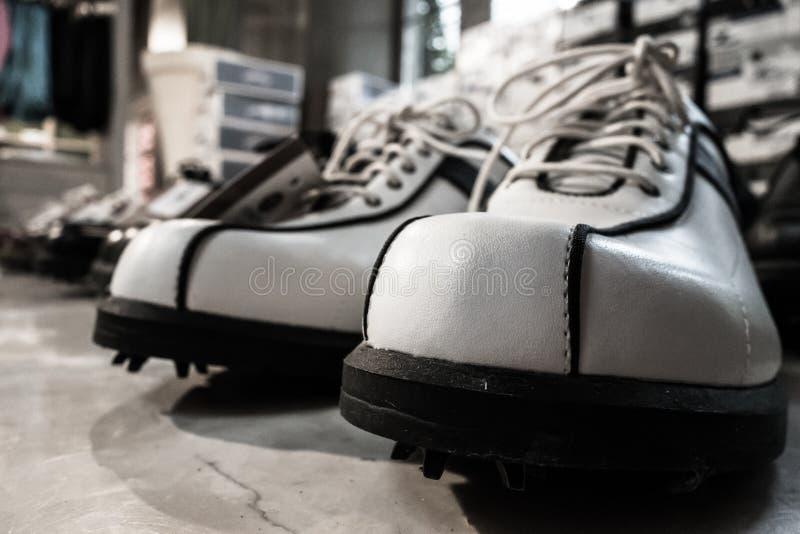 打高尔夫球的鞋子 免版税库存图片