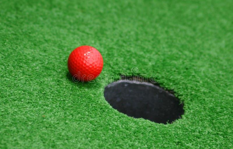 打高尔夫球缩样 免版税库存图片