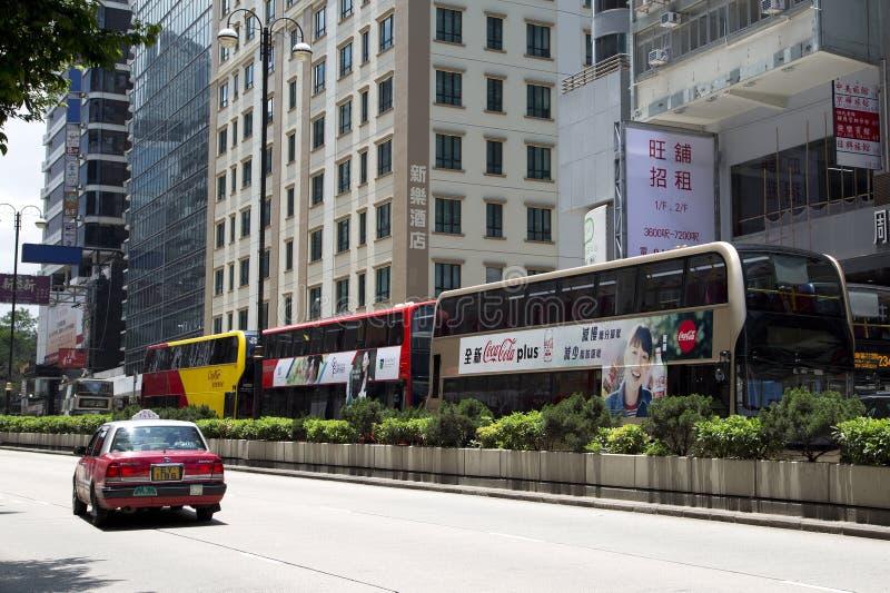 打鸣的和拥挤的街在现代城市香港中国 免版税库存照片