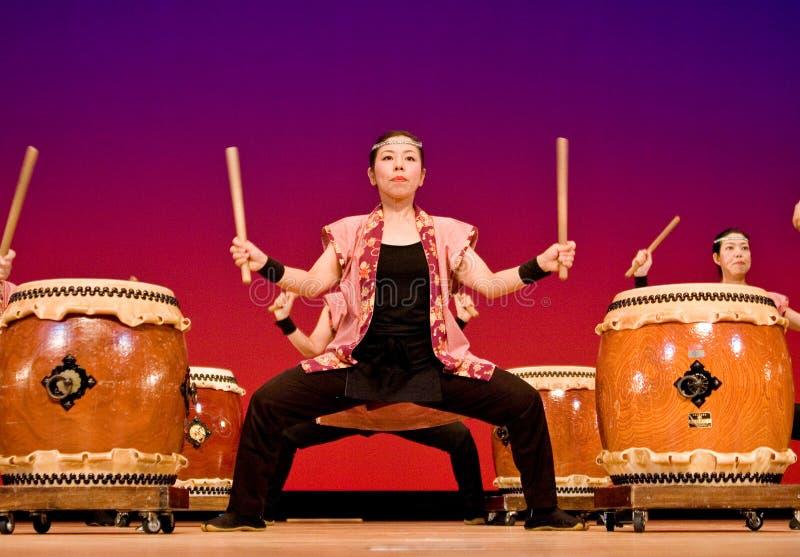 打鼓日本舞台上的执行的taiko妇女 免版税库存照片