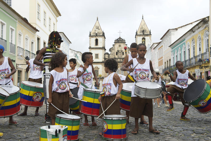 打鼓Pelourinho萨尔瓦多的巴西孩子 免版税库存照片