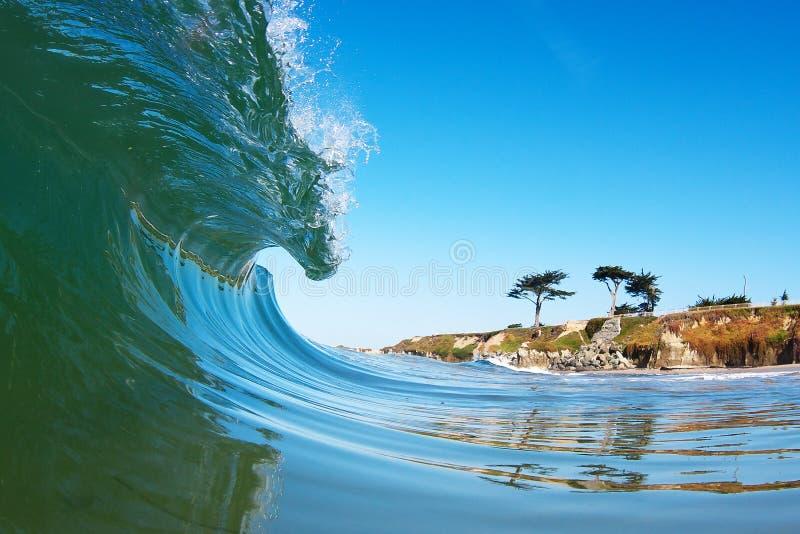 打破在岸附近的冲浪的波浪在加利福尼亚 免版税库存照片