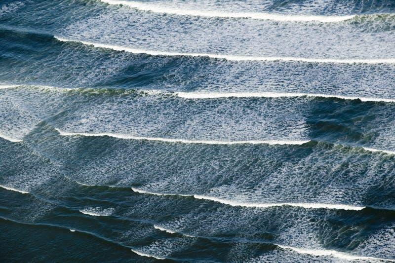 打破在波特兰,缅因南部的海浪鸟瞰图  库存照片