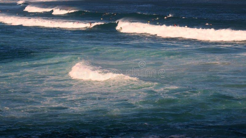 打破在海浪海滩的海浪 免版税图库摄影