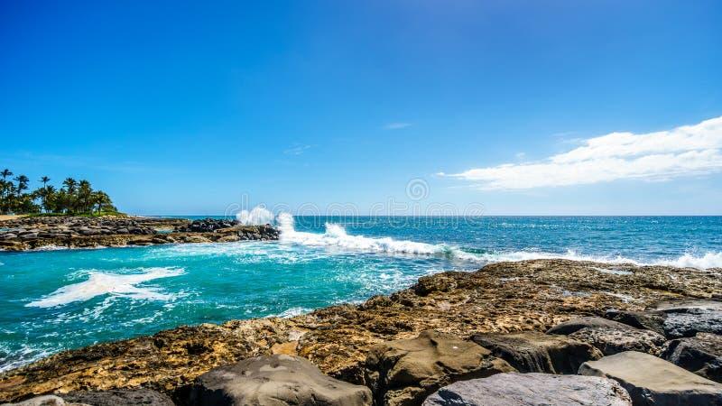 打破在盐水湖的障碍的波浪在Ko Olina的手段社区 库存照片