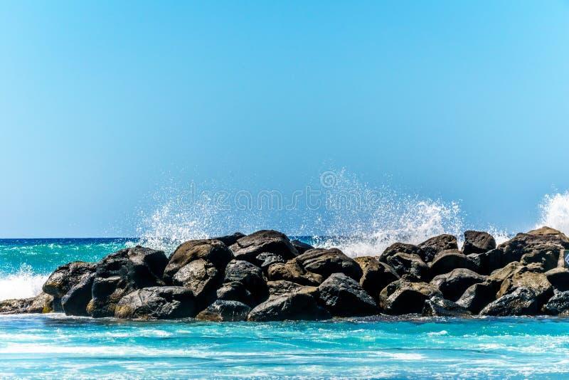 打破在盐水湖的障碍的波浪在Ko Olina的手段社区 免版税库存照片