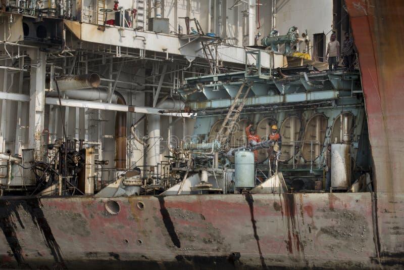 打破围场的老船的工作者在孟加拉国 免版税库存照片