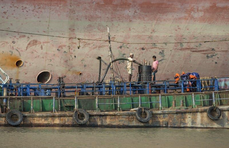 打破围场的老船的工作者在孟加拉国 库存照片