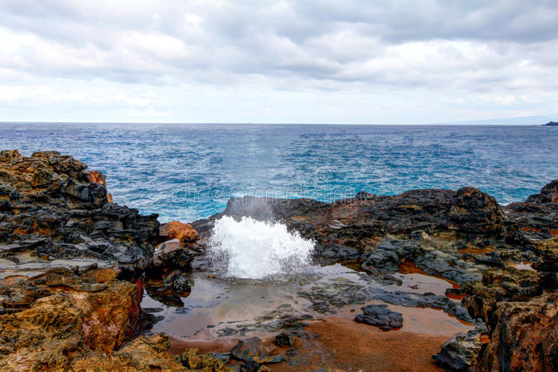 打击孔用喷洒的水  毛伊,夏威夷,美国 库存图片