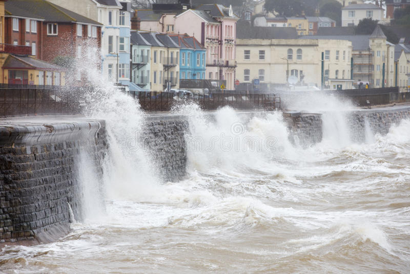 打破对防波堤的大波浪在Dawlish在德文郡 免版税库存图片