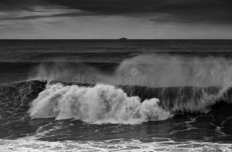 打破沿海岸线的剧烈的波浪 免版税库存照片