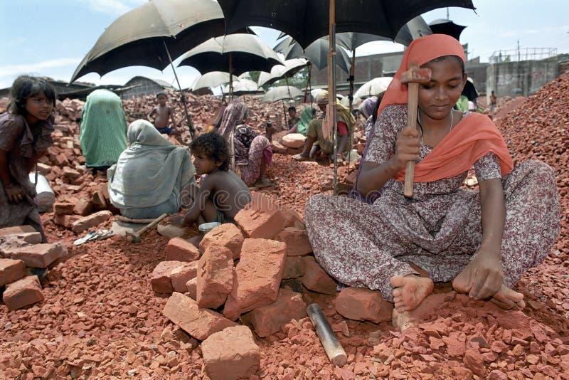 打破的领域,达卡,孟加拉国工作女子 免版税图库摄影