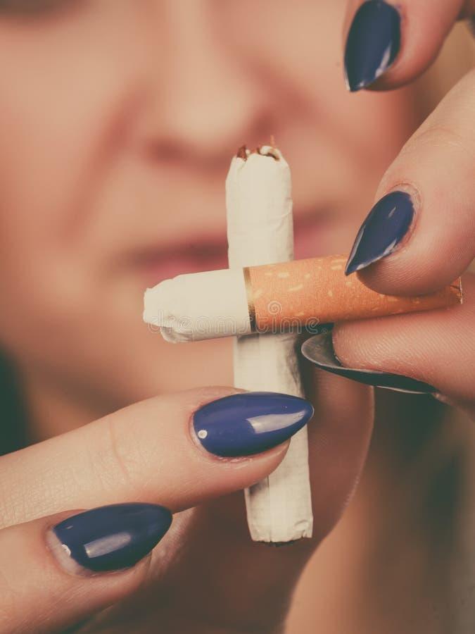 打破香烟的妇女,摆脱瘾 免版税库存照片