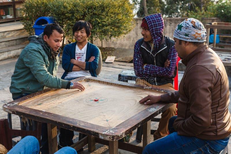 打Carrom宽广的比赛的人们在冬天在Siddhesvara Dhaam区域在纳姆奇 锡金,印度 免版税库存图片
