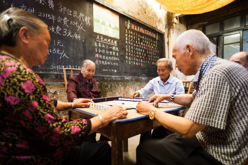 打Mahjong的老中国人民 库存图片