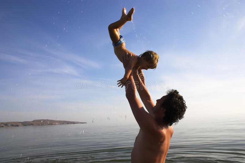 扔儿童的父亲  免版税库存照片