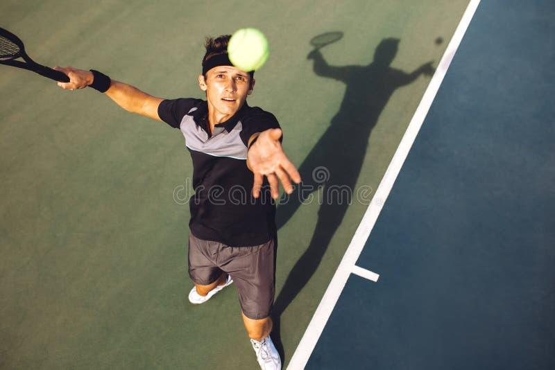 扔服务的网球员球 免版税图库摄影