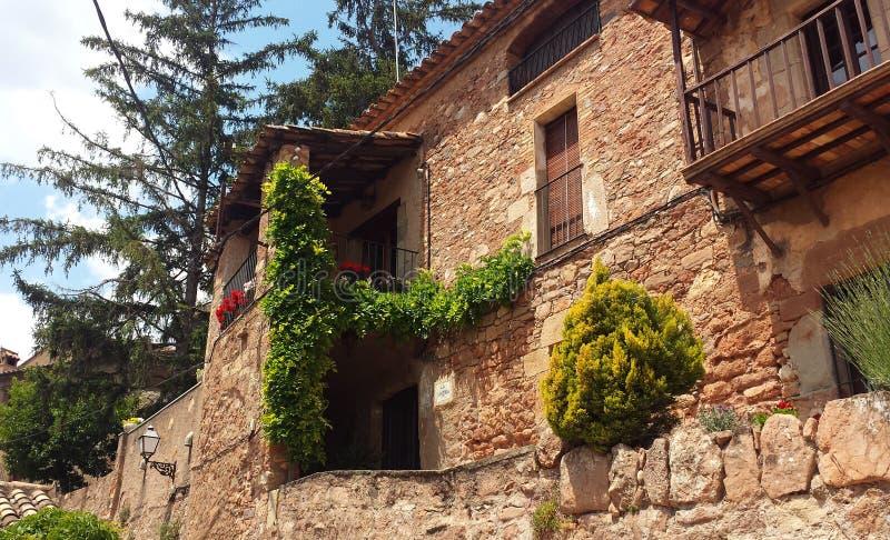 扔石头的房屋建设建筑学在村庄 库存图片