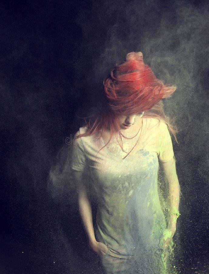 扔红色头发的女孩 免版税库存照片