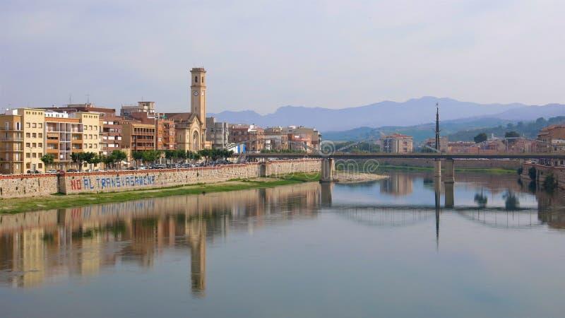 托尔托萨角,卡塔龙尼亚,西班牙市在埃布罗河反射了 库存图片