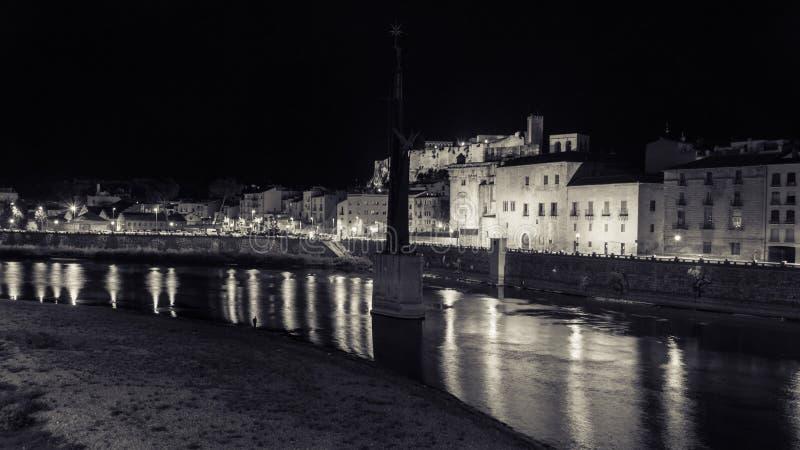 托尔托萨角,卡塔龙尼亚,西班牙-托尔托萨角在夜间的` s城堡风景  库存图片