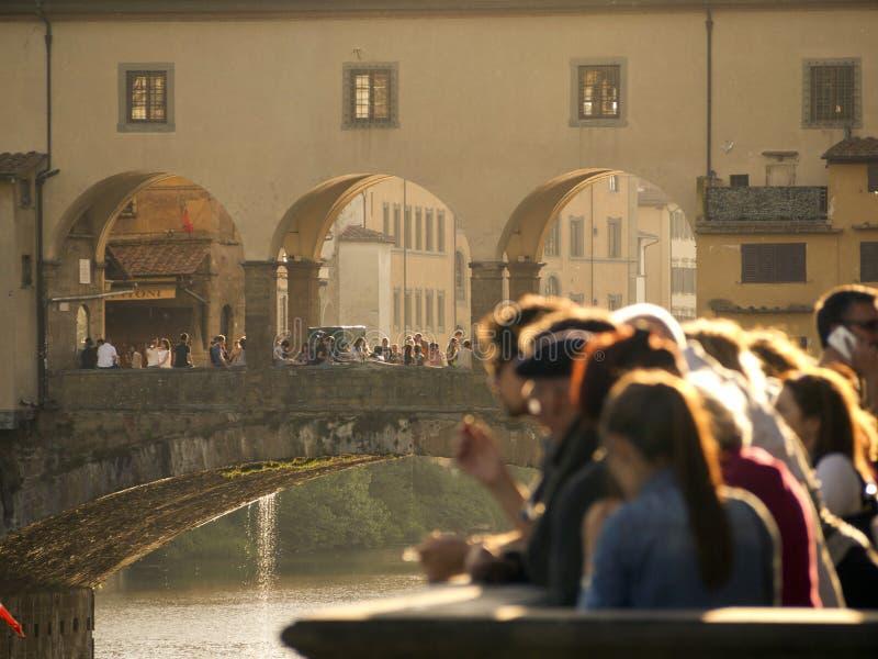 托斯卡纳、佛罗伦萨、Ponte Vecchio和游人 库存图片