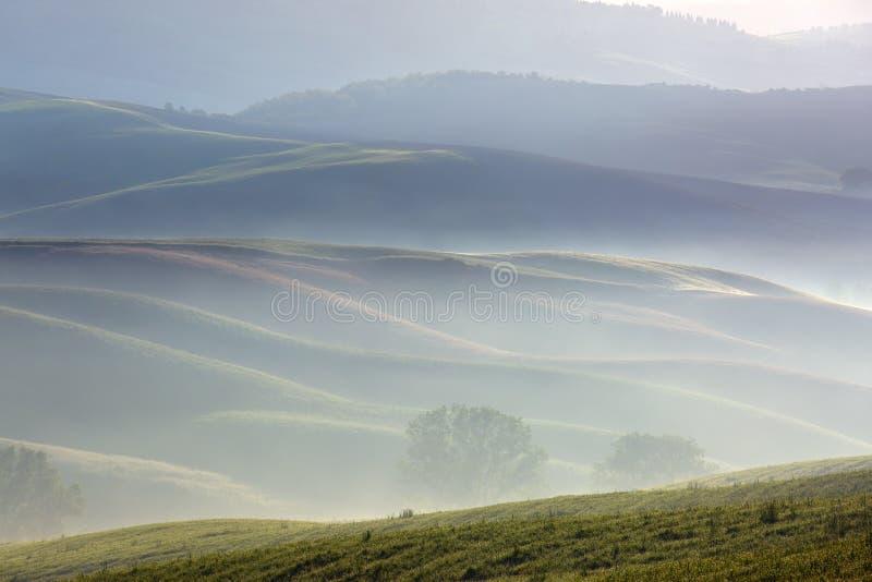 托斯卡纳有雾的早晨农田小山风景 图库摄影