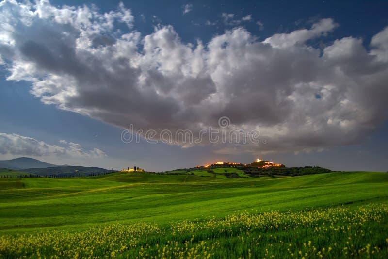 托斯卡纳满月在春天的夜风景与绿色领域 免版税图库摄影