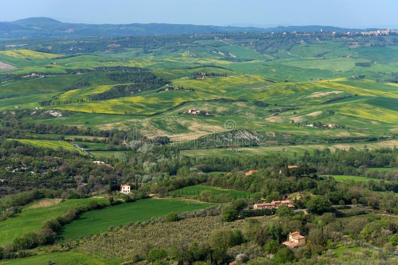 托斯卡纳的令人惊讶的鸟瞰图从Tentennano堡垒的  在卡斯蒂廖内多尔恰,托斯卡纳,意大利附近的美好的全景风景 库存照片