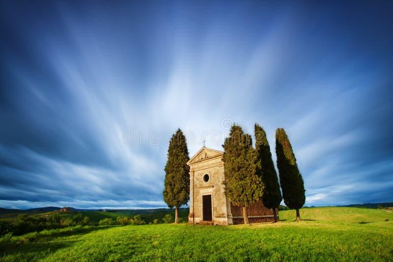 托斯卡纳风景的教堂在日出 典型为区域托斯坎农厂房子,小山,葡萄园 意大利新鲜的绿色托斯卡纳 免版税图库摄影