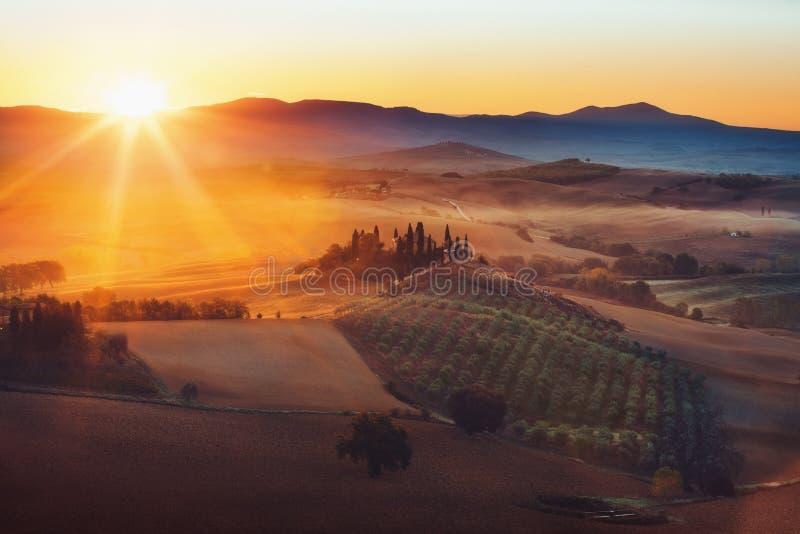 托斯卡纳,与著名农舍绵延山的全景风景 免版税库存照片