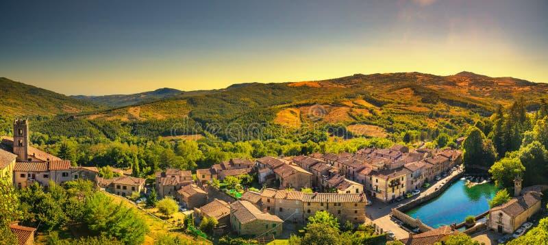 托斯卡纳,圣菲奥拉中世纪村庄、peschiera和教会 星期一 免版税图库摄影