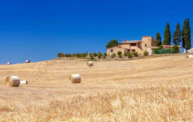 托斯卡纳,意大利的农村风景 大包和干草堆小山和领域的 免版税库存图片