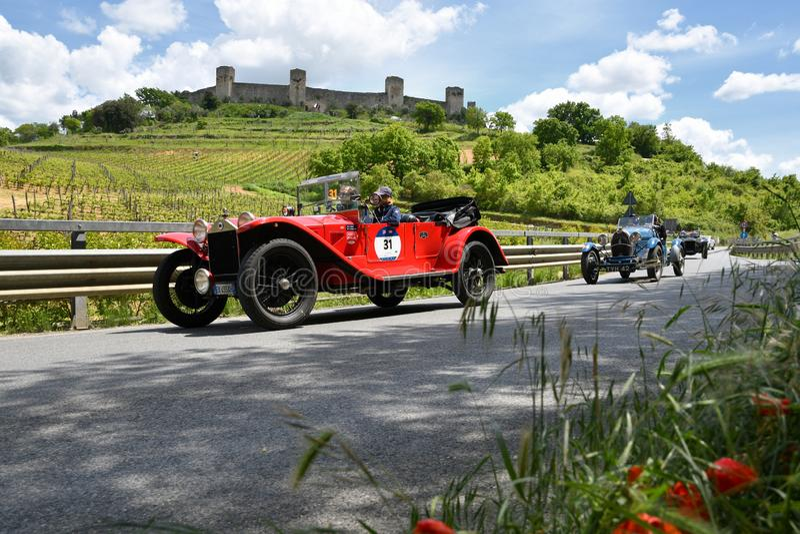 托斯卡纳,意大利- 2019年5月:在蓝旗亚Lambda VII Serie的未认出的司机1927年 库存图片