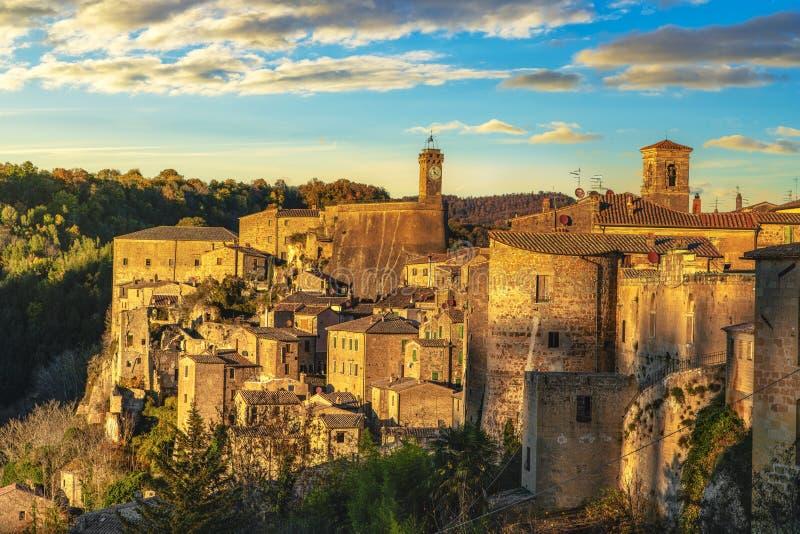 托斯卡纳,索拉诺中世纪村庄日落全景 Maremma,意大利 库存照片