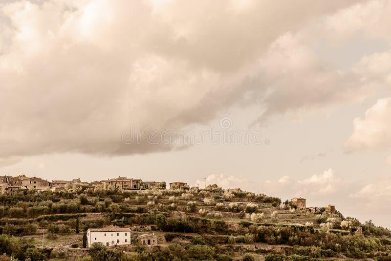 托斯卡纳- Mantalcino小山顶镇  免版税库存图片