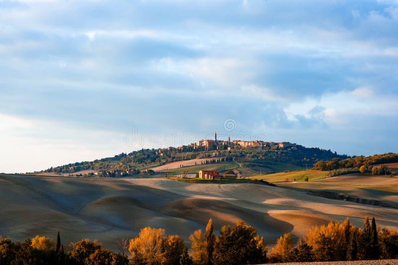 托斯坎乡下风景有市的全景皮恩扎在Val d ` Orcia,托斯卡纳,意大利 免版税库存照片