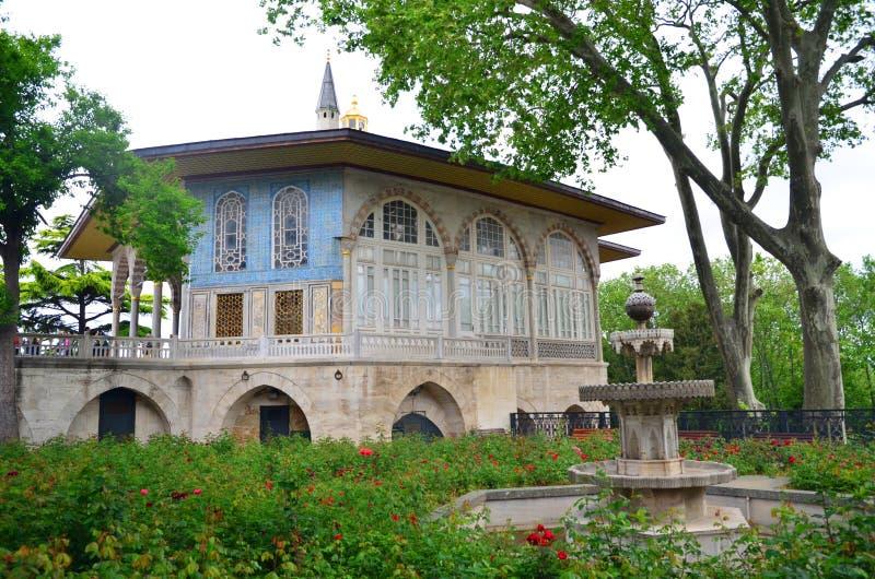 托普卡珀宫,喷泉在巴格达亭子附近的苏丹庭院里 托普卡珀宫是普遍的旅游景点在土耳其 库存照片