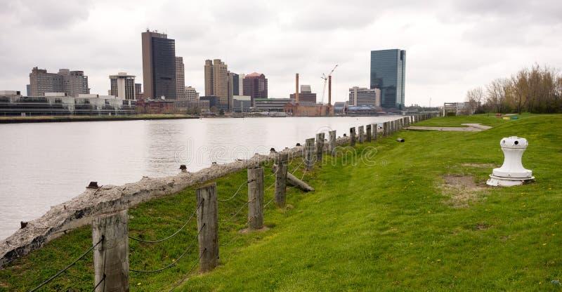 托莱多俄亥俄江边街市城市地平线Maumee河 库存图片
