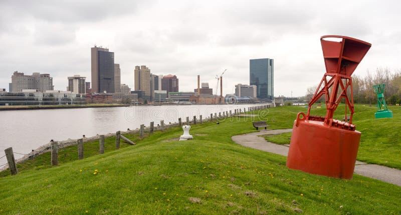 托莱多俄亥俄江边街市城市地平线Maumee河 库存照片
