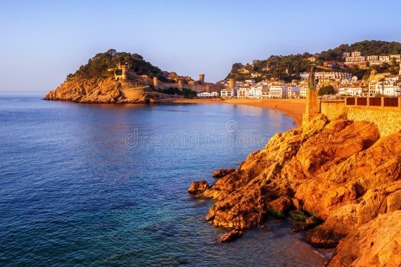 托萨德马尔、沙子海滩和老镇墙壁,卡塔龙尼亚,西班牙 免版税库存照片