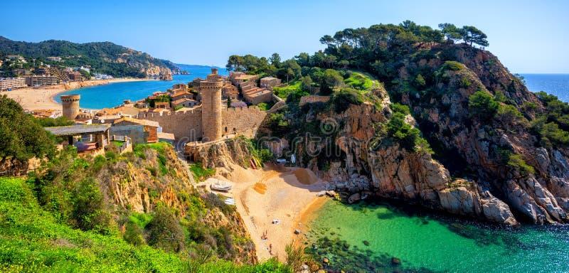 托萨德马尔、沙子海滩和老镇墙壁,卡塔龙尼亚,西班牙 图库摄影