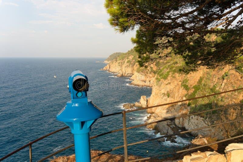 托萨德马尔,加泰罗尼亚,西班牙,2018年8月 海的监视的小望远镜在山的公园 免版税图库摄影