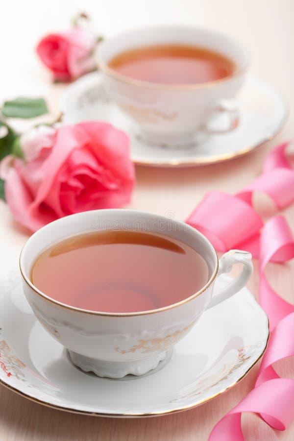 托起典雅的茶 免版税库存图片