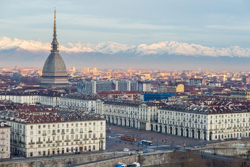 托里诺都灵,意大利:在日出的都市风景与痣耸立在城市的Antonelliana的细节 风景五颜六色的光 库存图片
